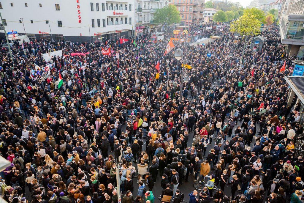 1. Mai 2021, Auftaktkundgebung mit 20.000 Menschen auf dem Hermannplatz in Berlin-Neukölln